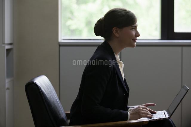 座りながら話すビジネスウーマンの写真素材 [FYI04262325]