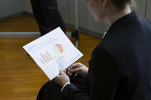 資料を見るビジネスウーマンの写真素材 [FYI04262341]