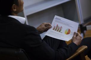 資料を見るビジネスマンの写真素材 [FYI04262378]