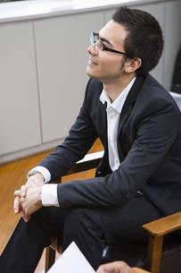 座りながら話を聞くビジネスマンの写真素材 [FYI04262390]