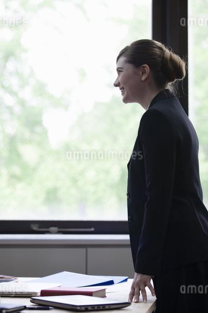 窓辺に立つビジネスウーマンの写真素材 [FYI04262442]