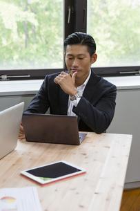 パソコンで作業するビジネスマンの写真素材 [FYI04262546]