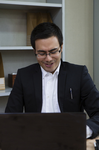 パソコンで作業するビジネスマンの写真素材 [FYI04262550]
