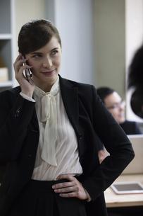 電話をするビジネスウーマンの写真素材 [FYI04262638]