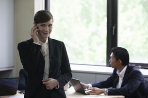 電話をするビジネスウーマンの写真素材 [FYI04262643]