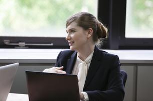 パソコンをしながら談笑するビジネスウーマンの写真素材 [FYI04262652]