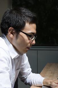 残業するビジネスマンの写真素材 [FYI04262666]