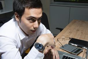 残業するビジネスマンの写真素材 [FYI04262668]