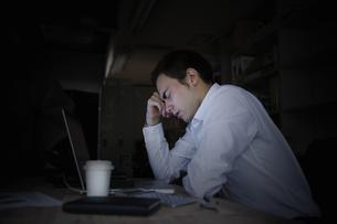残業するビジネスマンの写真素材 [FYI04262753]