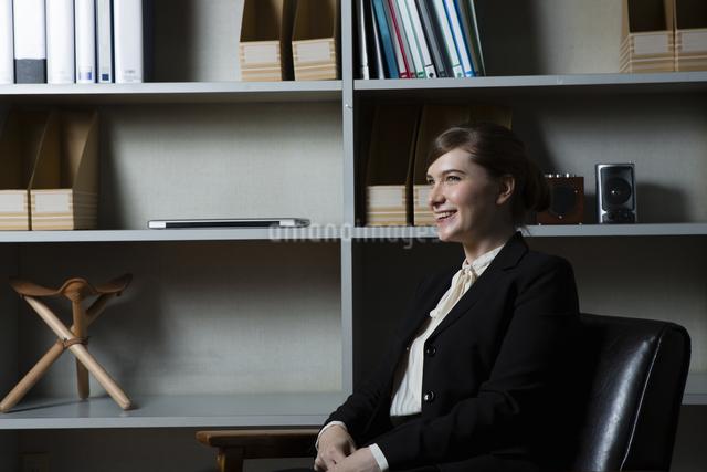 革張りの椅子に座るビジネスウーマンの写真素材 [FYI04262824]