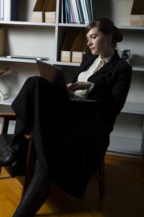 革張りの椅子に座るビジネスウーマンの写真素材 [FYI04262836]