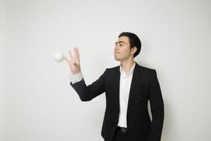 野球のボールで遊ぶビジネスマンの写真素材 [FYI04262941]