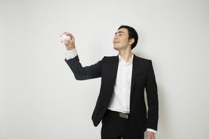 野球のボールで遊ぶビジネスマンの写真素材 [FYI04262943]