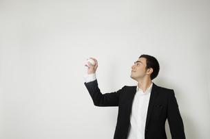 野球のボールで遊ぶビジネスマンの写真素材 [FYI04262944]
