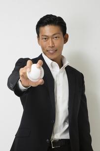 野球のボールをもつビジネスマンの写真素材 [FYI04262995]