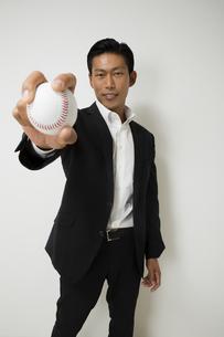 野球のボールをもつビジネスマンの写真素材 [FYI04262996]