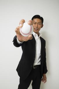 野球のボールをもつビジネスマンの写真素材 [FYI04262997]
