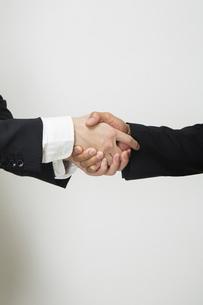 握手するビジネスパーソンの写真素材 [FYI04263010]