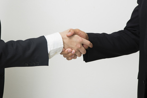 握手するビジネスパーソンの写真素材 [FYI04263011]