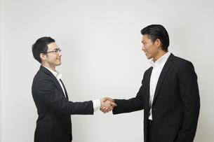 握手するビジネスパーソンの写真素材 [FYI04263012]