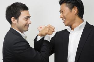 腕を交差し友情を確かめ合うビジネスマンの写真素材 [FYI04263013]