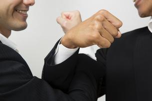 腕を交差し友情を確かめ合うビジネスマンの写真素材 [FYI04263014]