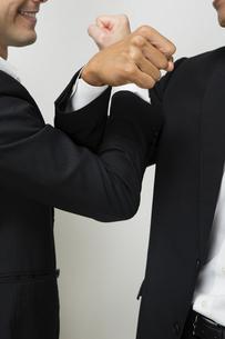腕を交差し友情を確かめ合うビジネスマンの写真素材 [FYI04263015]