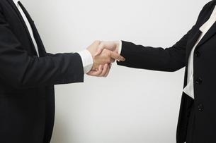 握手するビジネスパーソンの写真素材 [FYI04263016]