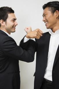 腕を交差し友情を確かめ合うビジネスマンの写真素材 [FYI04263017]