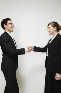 握手するビジネスパーソンの写真素材 [FYI04263018]
