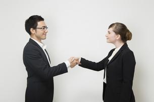 握手するビジネスパーソンの写真素材 [FYI04263019]