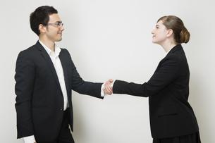 握手するビジネスパーソンの写真素材 [FYI04263020]