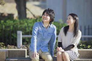 公園で散歩するカップルの写真素材 [FYI04263068]