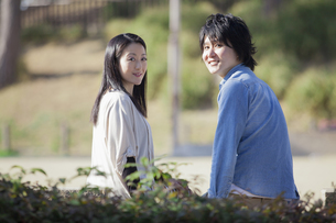 公園で散歩するカップルの写真素材 [FYI04263071]