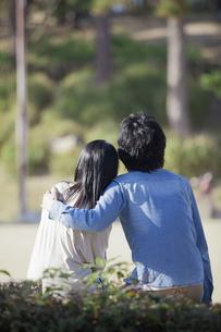 公園で散歩するカップルの写真素材 [FYI04263075]