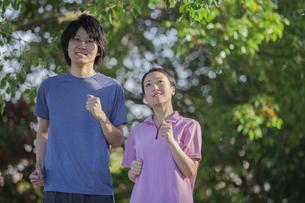 運動をするカップルの写真素材 [FYI04263090]