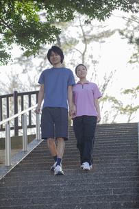 運動をするカップルの写真素材 [FYI04263092]