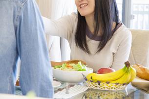朝食を食べるカップルの写真素材 [FYI04263101]