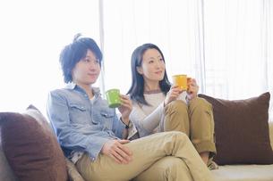 カジュアルな服装の夫婦の写真素材 [FYI04263123]