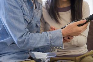 カジュアルな服装の夫婦の写真素材 [FYI04263128]