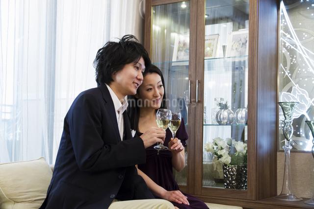 ディナーを楽しむカップルの写真素材 [FYI04263130]