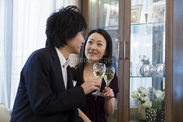 ディナーを楽しむカップルの写真素材 [FYI04263132]