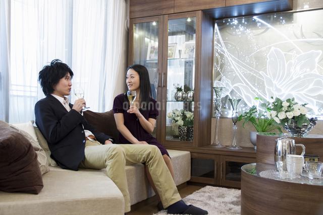 ディナーを楽しむカップルの写真素材 [FYI04263134]