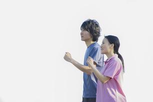 運動をするカップルの写真素材 [FYI04263138]