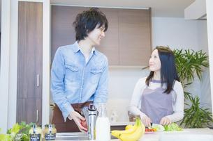 料理をするカップルの写真素材 [FYI04263147]