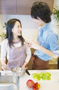 料理をするカップルの写真素材 [FYI04263190]
