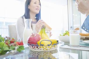 朝食を食べる夫婦の写真素材 [FYI04263205]