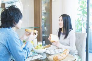 朝食を食べる夫婦の写真素材 [FYI04263207]