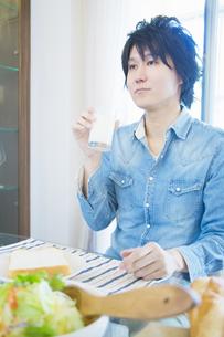 朝食を食べる男性の写真素材 [FYI04263216]