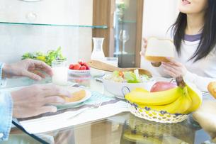 朝食を食べる夫婦の写真素材 [FYI04263220]
